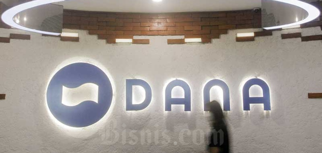 Karyawati beraktivitas di dekat logo Dana di Jakarta, Jumat (16/4/2021). - Bisnis/Himawan L Nugraha