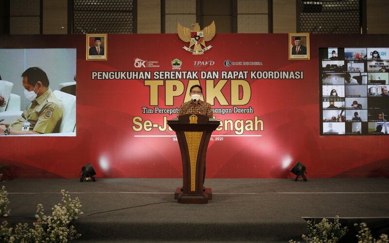 Kepala OJK Regional 3 Jawa Tengah dan Daerah Istimewa Yogyakarta, Aman Santosa memberikan paparan dalam acara Pengukuhan serentak 8 Tim Percepatan Akses Keuangan Daerah (TPAKD). - Istimewa