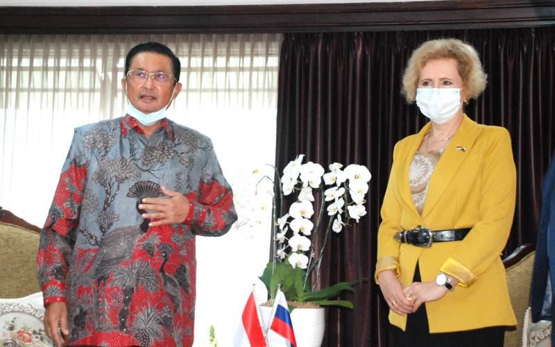 Wakil Ketua MPR, Fadel Mohammad memberikan keterangan pers bersama Duta Besar Rusia untuk Indonesia Lyudmila G. Vorobyova usai melakukan pembicaraan soal kerja sama vaksin antara kedua negara, Rabu (21/4/2021). - Bisnis/John Andhi