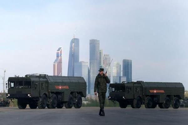 Ilustrasi - Seorang teknisi  berjalan melintasi peluncur rudal Rusia Iskander-M  sebelum latihan untuk parade Hari Kemenangan dengan latar Pusat Bisnis Moskow, yang juga dikenal sebagai Kota Moskow, 5 Mei 2016 - Reuters