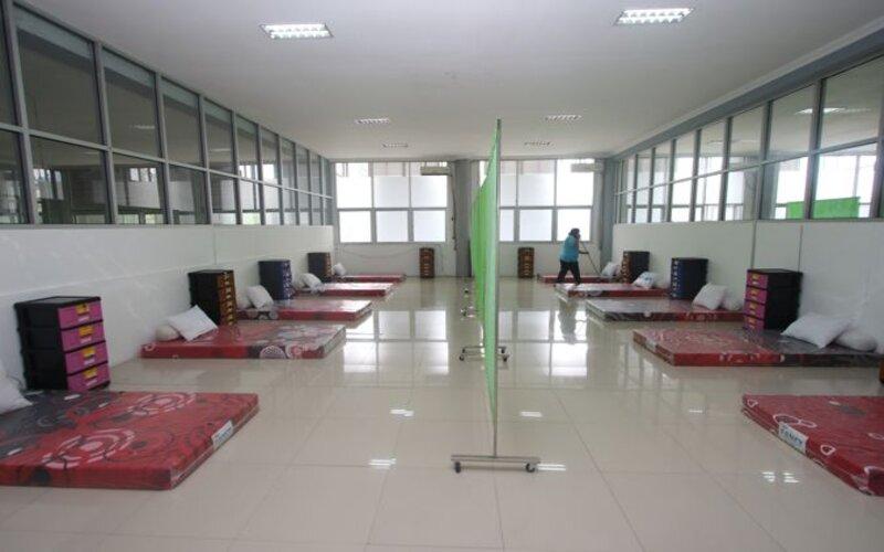 Pekerja membersihkan lantai ruangan karantina bagi pemudik di lantai II Solo Technopark, Jebres, Solo, Kamis (10/12/2020). - Bisnis/Nicolous Irawan