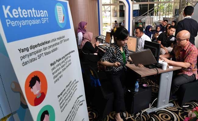 Sejumlah wajib pajak melakukan pelaporan SPT Pajak Tahunan di Kantor KPP Pratama Jakarta Kebayoran Baru I, Jakarta Selatan, Senin (1/4/2019).ANTARA FOTO - Indrianto Eko Suwarso