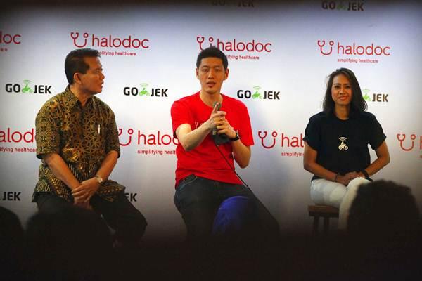 CEO dan Founder Halodoc Jonathan Sudharta (tengah), memberikan paparan didampingi Chief Human Resources Officer GO-JEK Monica Oudang (kanan), dan Direktur Eksekutif GP Farmasi dan Majelis Kehormatan Ikatan Apoteker Indonesia (IAI) Darodjatun Sanusi, saat peluncuran versi terbaru dari aplikasi Halodoc 2.0, di Jakarta, Selasa (16/5). - JIBI/Dwi Prasetya