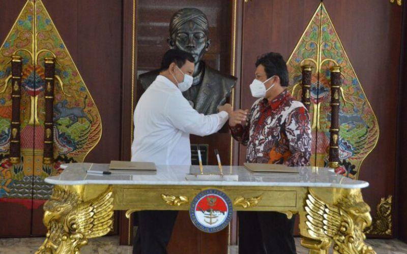 Menteri Pertahanan Prabowo Subianto dan Direktur Utama BPJS Kesehatan Ali Ghufron Mukti menandatanganiPerpanjangan Kesepakatan Bersama Penyelenggaraan Program Jaminan Kesehatan Nasional (JKN) bagi TNI dan lingkungan Kemhan di kantor Kemhan, Jakarta, Rabu (21/4 - 2021) / Dok. Kemhan