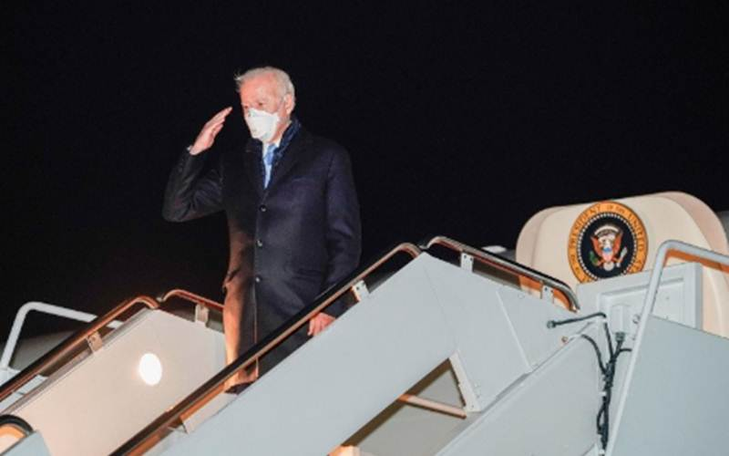 Presiden AS Joe Biden di tangga pesawat Kepresidenan AS, Jumat (12/2/2021)./Antara - Reuters/Joshua Roberts\r\n