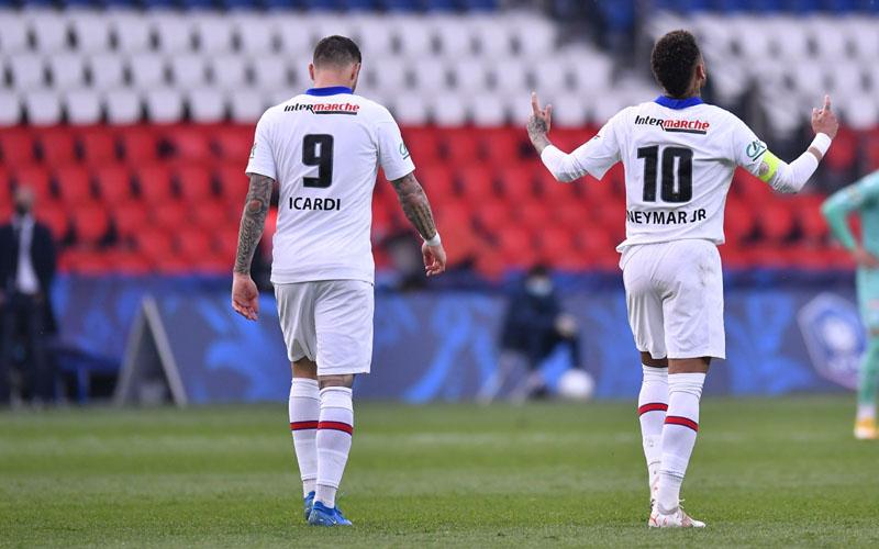 Pemain depan Paris Saint-Germain Neymar da Silva Jr. (kanan) selepas menjebol gawang Angers, bersama Mauro Icardi. - Twitter@PSG_English