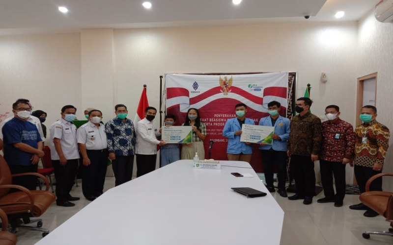 Penyerahan manfaat beasiswa kepada anak peserta jaminan kecelakaan kerja dan jaminan kematian BP Jamsostek Kanwil Sumbagsel.  - Bisnis/Dinda Wulandari