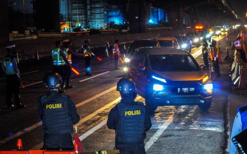 Sejumlah petugas gabungan dari Kepolisian, Satpol PP dan Dinas Perhubungan berjaga di checkpoint penyekatan arus mudik Tol Cikarang Barat, Kabupaten Bekasi, Jawa Barat, Sabtu (23/5/2020). Pada H-1 jelang Lebaran, Direktorat Lalu lintas Poda Metro Jaya melakukan rekayasa lalu lintas menjadi satu jalur untuk mempermudah penyekatan mobil pribadi dan angkutan umum yang membawa pemudik. - ANTARA FOTO/Fakhri Hermansyah