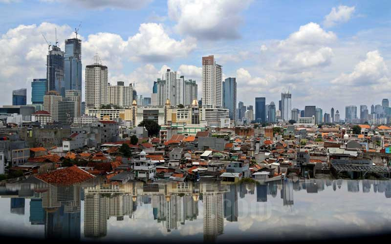 Suasana gedung bertingkat dan perumahan padat penduduk di Jakarta, Rabu (31/3/2021). Bisnis - Eusebio Chrysnamurti