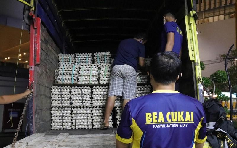 Petugas Bea Cukai Jateng - DIY melakukan pemeriksaan isi truk yang diduga membawa rokok ilegal pada Senin (19/4/2021) malam. - Istimewa  -  Kanwil Bea Cukai Jateng / DIY