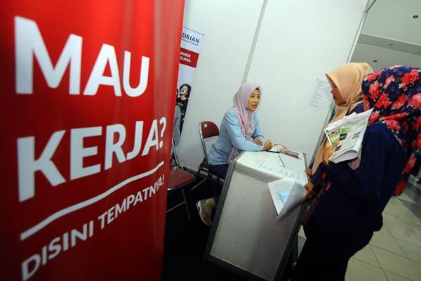 Pencari kerja mendaftar di salah satu stan perusahaan pada Job Market Fair 2018 di Klaten, Jawa Tengah, Selasa (18/9/2018). - ANTARA/Aloysius Jarot Nugroho
