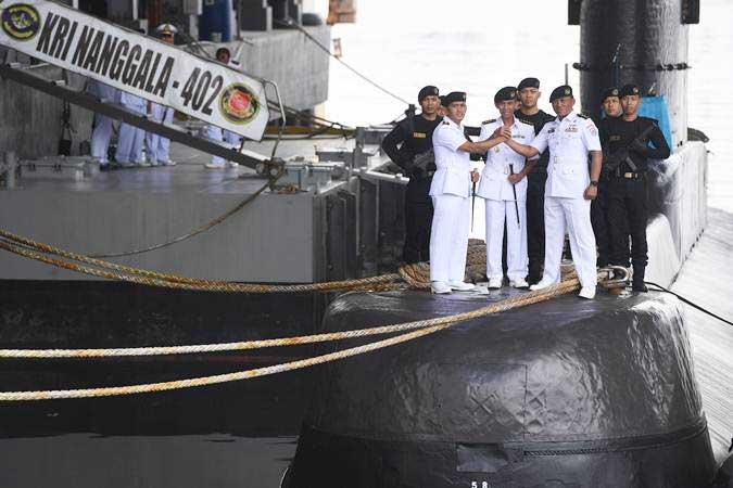Komandan Satuan Kapal Selam (Satsel) Koarmada II Kolonel Laut (P) Iwa Kartiwa (tengah) bersama Komandan KRI Nanggala-402 Letkol Laut (P) Ansori (kiri) dan Letkol Laut (P) Yulius Azz Zaenal melakukan salam komando usai upacara serah terima jabatan Komandan Nanggala-402 di Dermaga Kapal Selam Komando Armada II, Surabaya, Jawa Timur, Rabu (20/2/2019). - ANTARA/Zabur Karuru