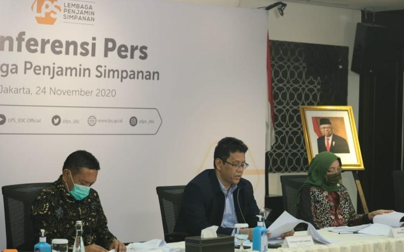 Ketua Dewan Komisioner LPS Purbaya Yudhi Sadewa (tengah) saat konferensi pers secara daring, Selasa (24/11/2020) - LPS