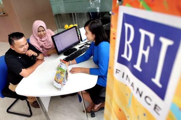 Karyawan melayani nasabah di kantor PT BFI Finance Indonesia, Serpong, Tangerang Selatan, Senin(6/3). - JIBI/Endang Muchtar