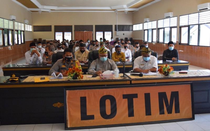 Bupati Lombok Timur (Tengah Depan) Bersama Jajaran Saat Rapat Koordinasi Vaksinasi - Istimewa