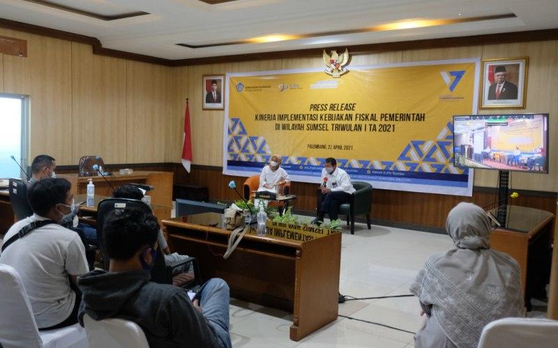Kepala Kanwil DJPB Sumsel Taukhid (kanan) memberikan pemaparan terkait kinerja implementasi kebijakan fiskal pemerintah di Sumsel.  - Bisnis/Dinda Wulandari