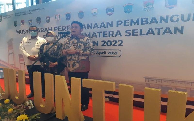 Gubernur Sumsel Herman Deru (kanan) memberi pemaparan terkait musyawarah pembangunan (musrenbang) tahun 2022.  - Bisnis/Dinda Wulandari