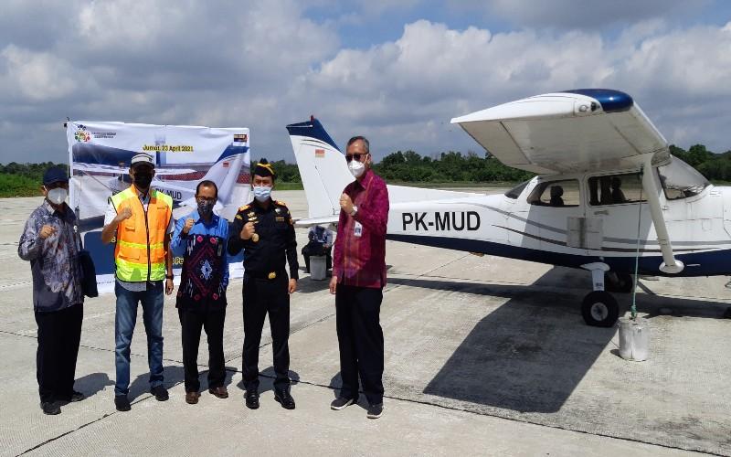Kepala BC Pekanbaru Prijo Andono (kedua kanan), Direktur Poltekbang Surabaya M. Andra Adityawarman dan pihak terkait melakukan serah terima aset Pesawat Cessna.  - Bisnis/Arif Gunawan
