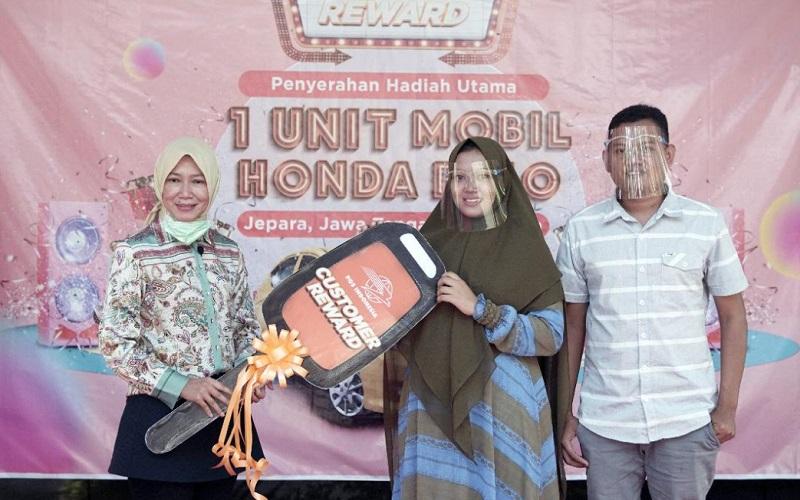 PT Pos Indonesia (Persero) menyerahkan hadiah grand prize Honda Brio kepada salah satu pelanggan yang beruntung di Jepara, Jawa Tengah, pada Jumat (23/4 - 2021).