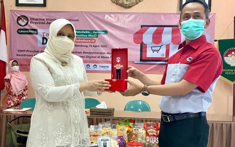 Kepala Cabang JNE Bandung Iyus Rustandi (kanan) saat peluncuran toko online milik DWP Jabar