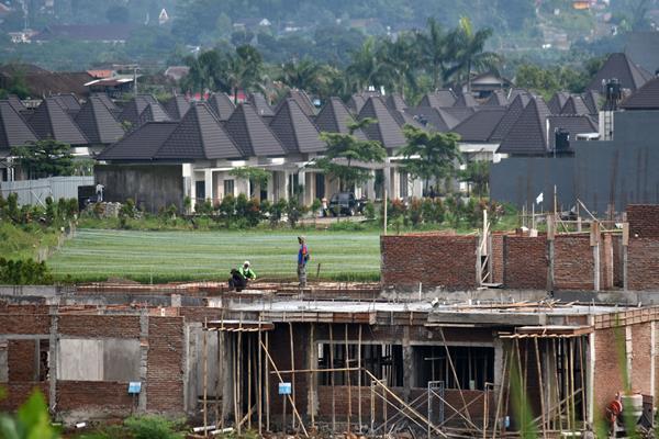 Pekerja mengerjakan pembangunan salah satu perumahan mewah di Ungaran, Kabupaten Semarang, Jawa Tengah, Senin (15/1)./ANTARA FOTO - Aditya Pradana Putra