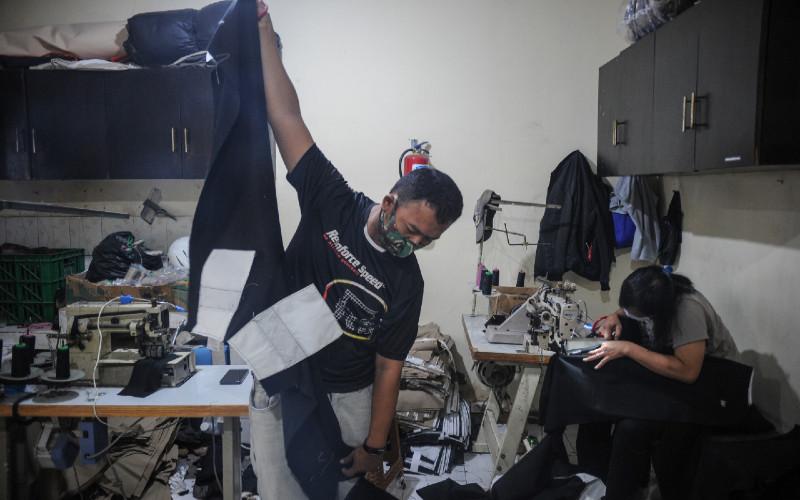 Pekerja menyelesaikan produksi celana di salah satu industri tekstil, Kopo, Kabupaten Bandung, Jawa Barat, Jumat (21/1/2021).  - ANTARA