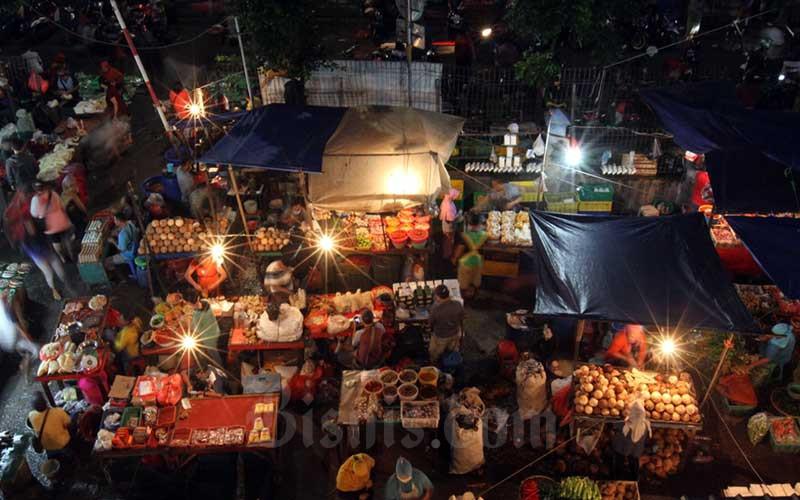 Aktivitas jual-beli di Pasar Minggu, Jakarta, Selasa (5/5/2020). Bisnis - Arief Hermawan P