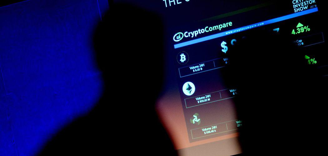 Simbol mata uang kripto ditampilkan di layar selama Crypto Investor Show di London, Inggris, pada 10 Maret 2018.