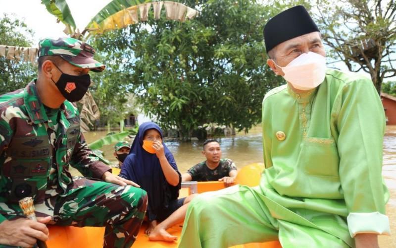 Gubernur Riau Syamsuar dan Danrem 031/WB, Brigjen TNI, M Syech Ismed meninjau bencana banjir di Pekanbaru.  - Istimewa