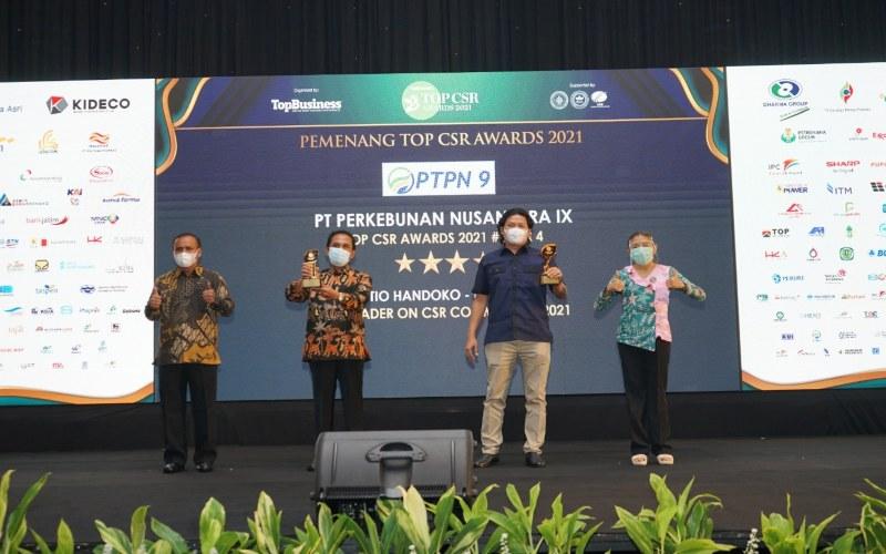 Direktur PT Perkebunan Nusantara IX Tio Handoko (kedua kanan) meraih dua penghargaan dalam ajang Top CSR Award 2021 yang diadakan oleh majalah Top Business dan konsultan CSR nasional. (Foto: Istimewa)