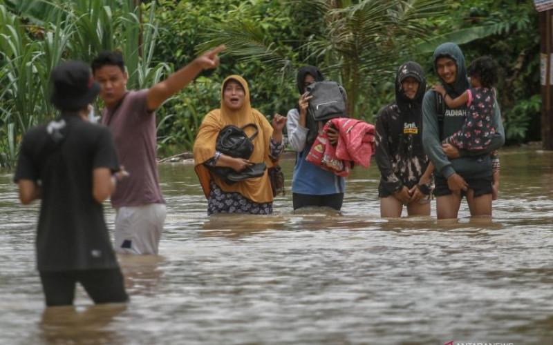 Ilustrasi - Sejumlah warga mengungsi dari Perumahan Graha Fauzan Asri saat terjadi banjir akibat luapan Sungai Sail di Pekanbaru, Riau, Senin (29/3/2021). - AntaraNews