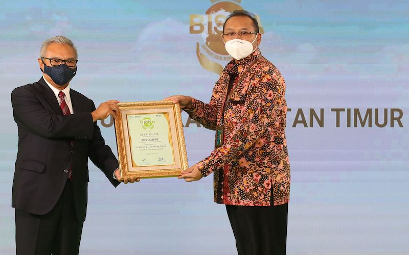 SVP Sekretaris Perusahaan PKT Teguh Ismartono menerima piagam penghargaan Gold Champion BISRA 2021 dari Komisaris Bisnis Indonesia Group Budiarsa Sastrawinata, di Hotel Grand Sahid Raya Jakarta, pada Kamis (22/4). - JIBI/Eusebio Chrysnamurti