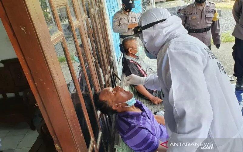 Tes cepat (rapid test) antigen untuk pemudik yang terlanjur pulang kampung di Kabupaten Pati, Jawa Tengah, Jumat (23/4/2021). - Antara/Polres Pati