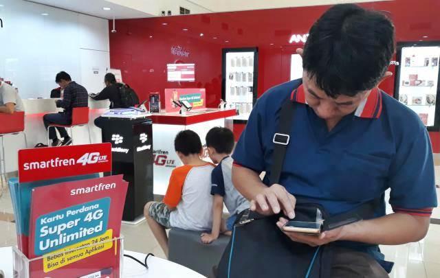 Ilustrasi pelanggan menunggu pelayanan di gerai Smartfren, Serpong, Tangerang Selatan, Banten./Bisnis - Endang Muchtar