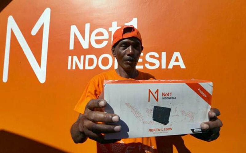 Pedagang kecil Mitra Net1 Utomo menunjukan modem internet di Desa Telogoharjo, Kecamatan Giritontro, Kabupaten Wonogiri, Selasa (23/4/2019)./Bisnis - Nurul Hidayat
