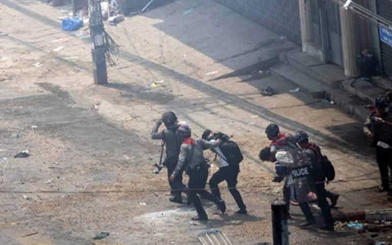 Polisi antihuru-hara mengamankan demonstran saat aksi protes terhadap kudeta militer di Yangon, Myanmar, Selasa (2/3/2021)./Antara - Reuters/Stringer\r\n