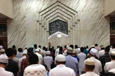 Orang beritikaf di masjid selama ramadan