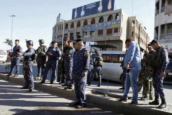 Polisi berjaga di Baghdad - Reuters