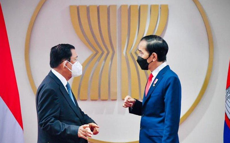 Presiden Jokowi dan PM Hun Sen dalam pertemuan bilateral, di Gedung Sekretariat ASEAN, Jakarta. (Foto: BPMI Setpres - Laily Rachev)