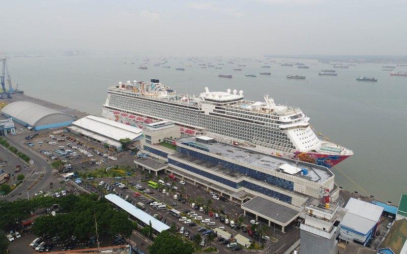 Sebuah kapal pesiar merapat di Dermaga Gapura Surya Nusantara atau juga dikenal Surabaya North Quay, Tanjung Perak, Surabaya. - Pelindo III