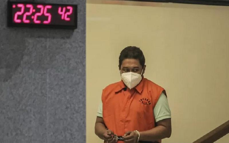 Penyidik KPK Stepanus Robin Pattuju digiring petugas untuk mengikuti konferensi pers usai menjalani pemeriksaan, di Gedung Merah Putih KPK, Jakarta, Kamis (22/4/2021). - Antara\r\n