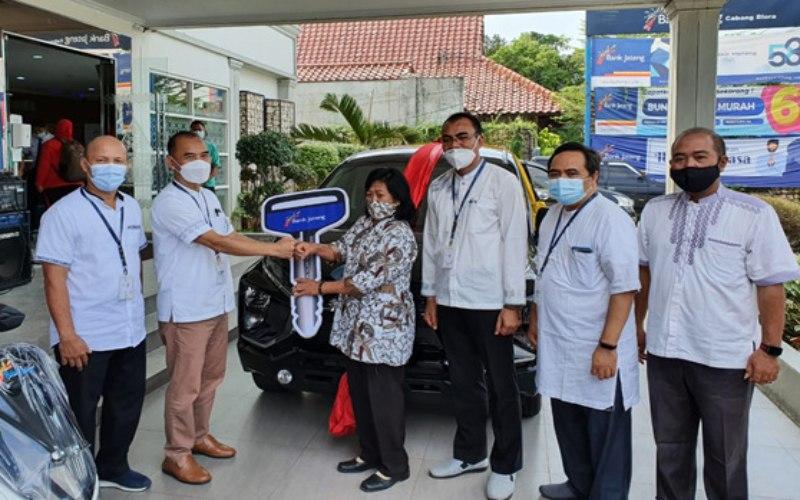 Bank Jateng Cabang Blora menyerahkan hadiah Undian Tabungan Bima l Periode II tahun 2020 berupa berupa mobi Mitsubishi Xpander kepada Ngapinah, seorang guru dari Desa Gembyungan Kecamatan Randublatung, Kabupaten Blora. (Foto: Istimewa)