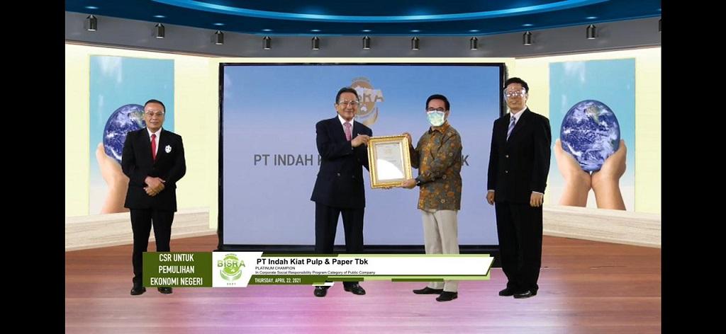Perwakilan dari PT Indah Kiat Pulp & Paper Tbk saat menerima penghargaan Platinum Champion in CSR Program