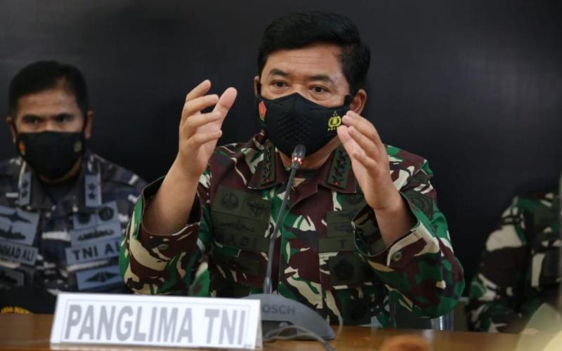 Panglima TNI Hadi Tjahjantomemberikan keterangan dalam konferensi pers terkait kondisi pencarian KRI Nanggala-402, Sabtu (24/4/2021) - Twitter/@PuspenTNI