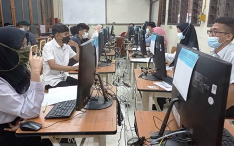 Peserta mengikuti SBMPTN-UTBK di Universitas Negeri Padang, Senin. - Antara/Mutiara Ramadhani