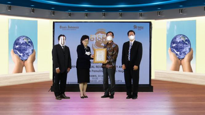 Pemberian simbolik kepada POSCO Group penghargaan BISRA 2021 - Dok. Bisnis Indonesia