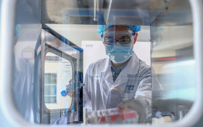 Di dalam pabrik produksi vaksin Sinopharm di Beijing.  - Xinhua/Bloomberg