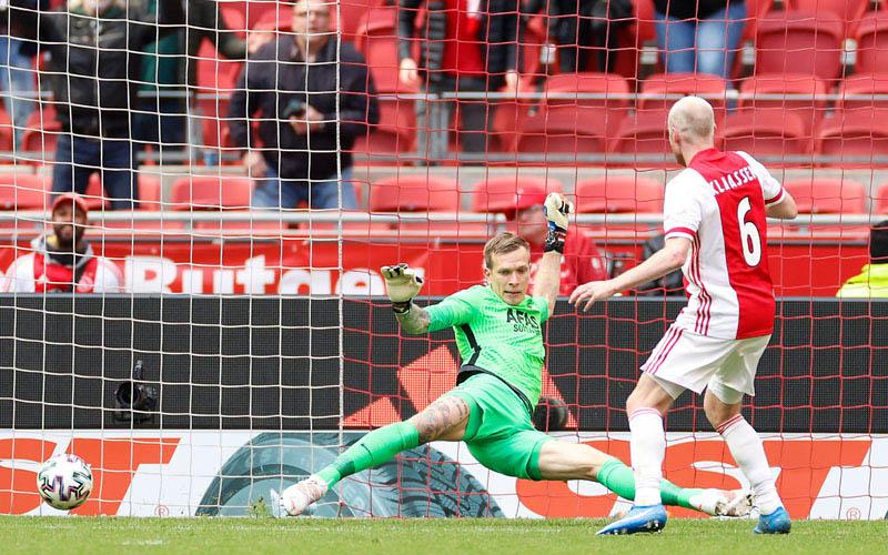 Pemain Ajax Amsterdam Davy Klaassen (kanan) menjebol gawang AZ Alkmaar yang dikawal kiper Marco Bizot. - Twitter@AFCAjax