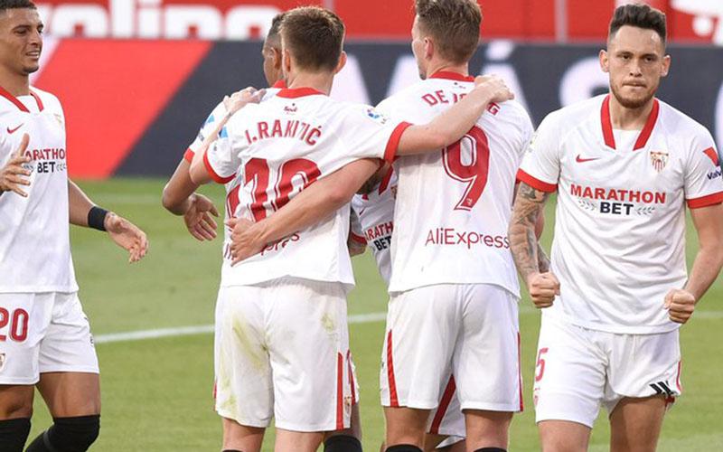 Para pemain Sevilla merayakan gol ke gawang Granada yang dicetak Ivan Rakitic (tengah). - Twitter@SevillaFC_ENG