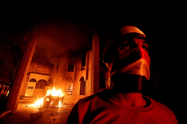 Demonstran warga Basra,Irak membakar Kantor Konsulat Iran di Basra, Jumat (7/9/2018). - Reuters/Essam al Sudani